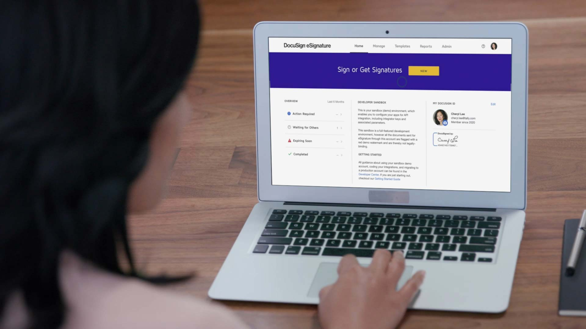 Une femme sur un Macbook Air utilise DocuSign eSignature