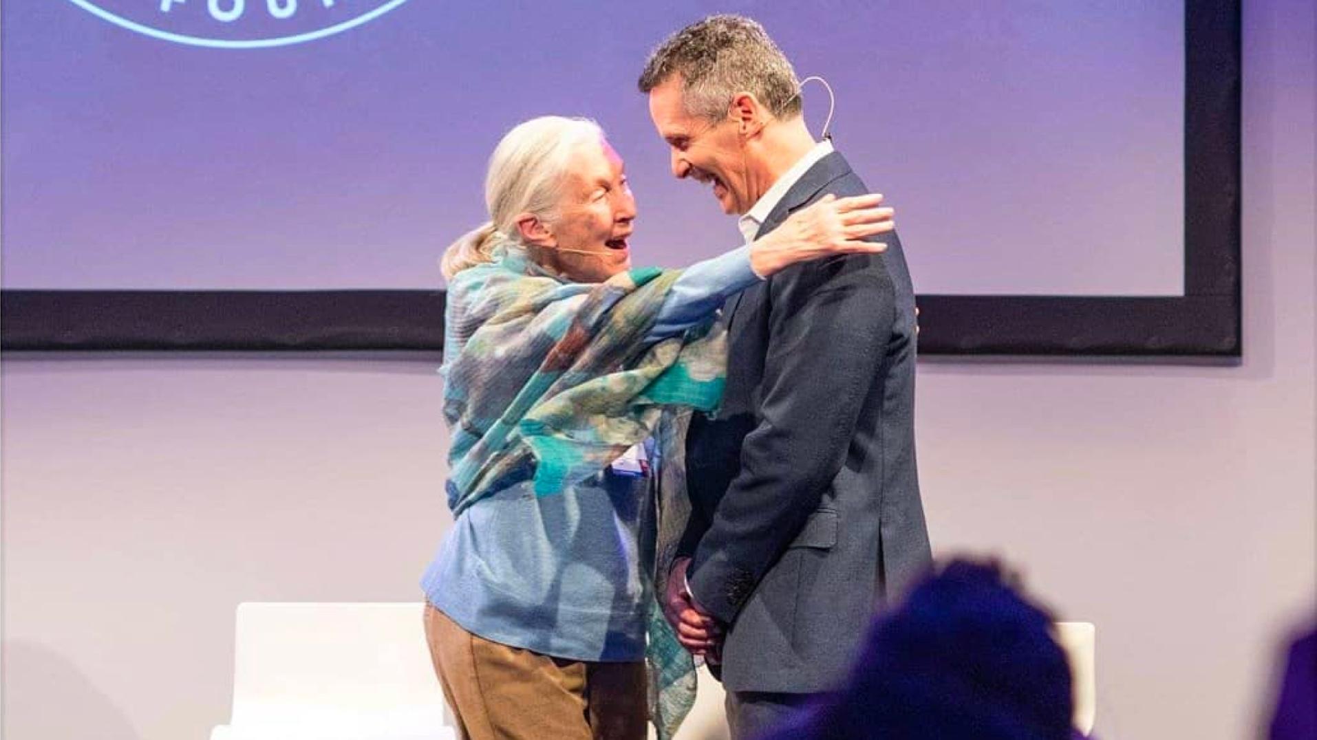 Jane Goodall embrasse Dan Springer