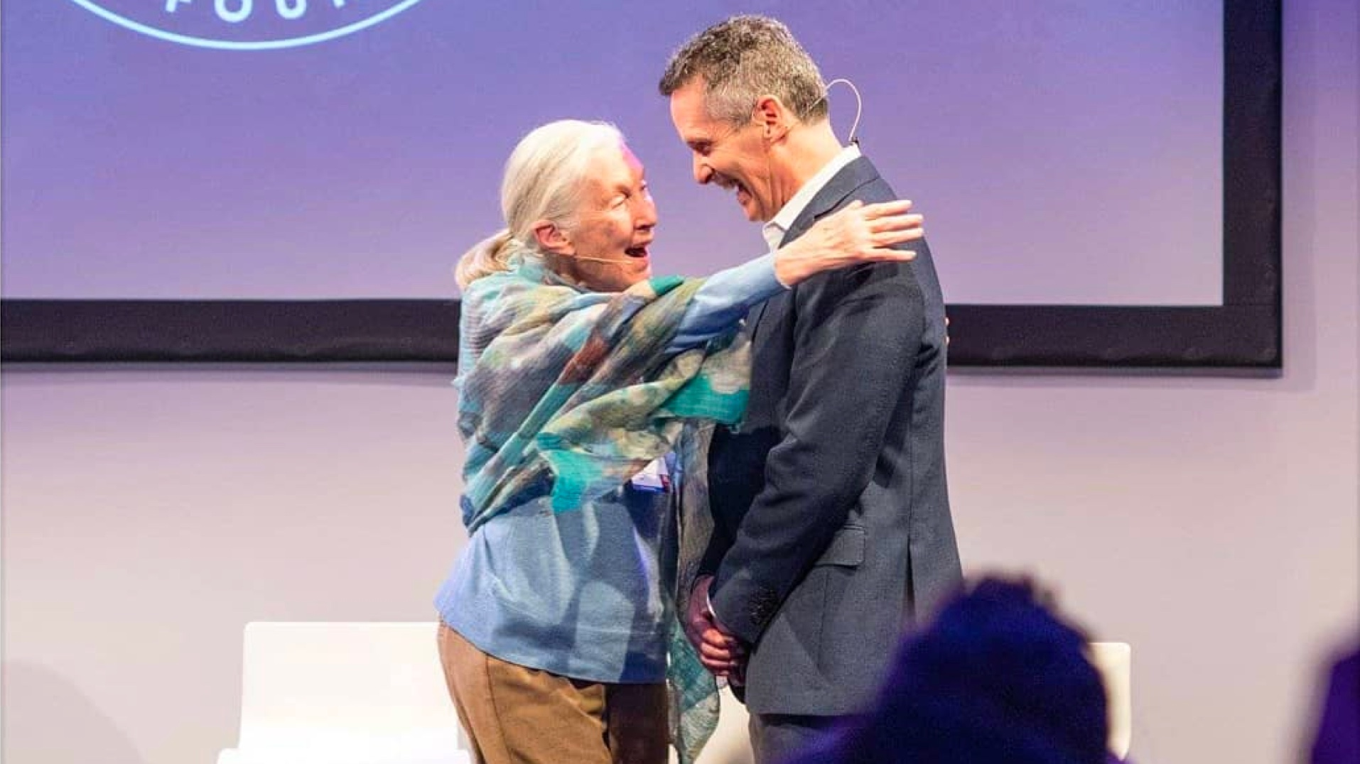 Jane Goodall abraçando Dan Springer