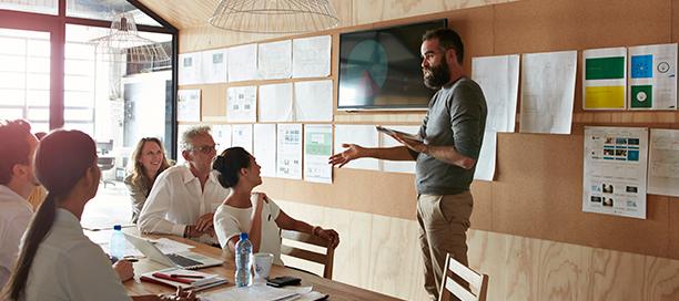 Un homme animant un atelier avec une équipe
