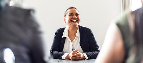 Professionnelle qui sourit dans une salle de réunion