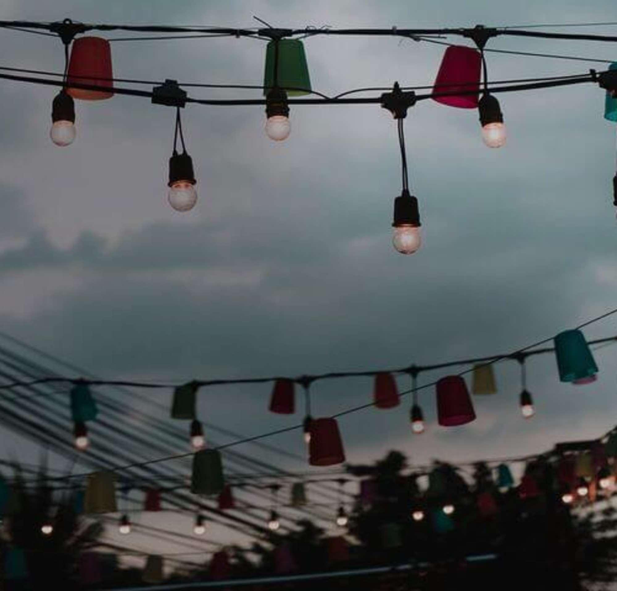 Des lumières suspendues au-dessus du patio d'un restaurant.