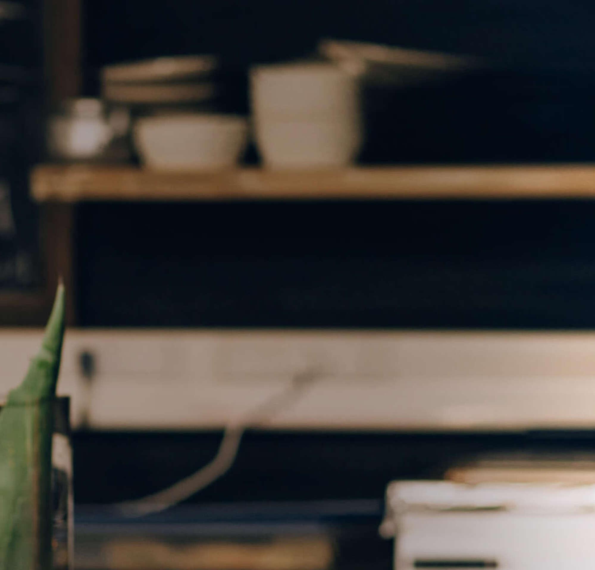 Une femme dans la cuisine d'un restaurant, regarde une tablette