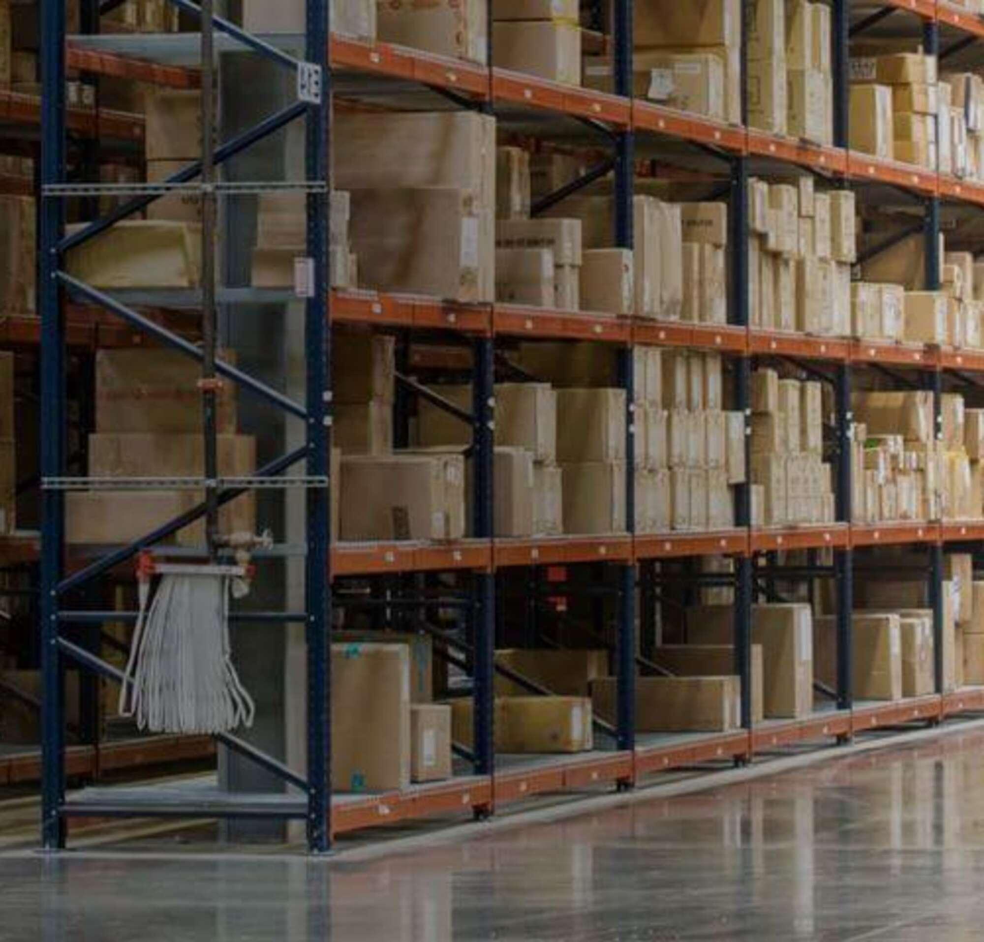 Deux personnes dans un entrepôt rempli de cartons