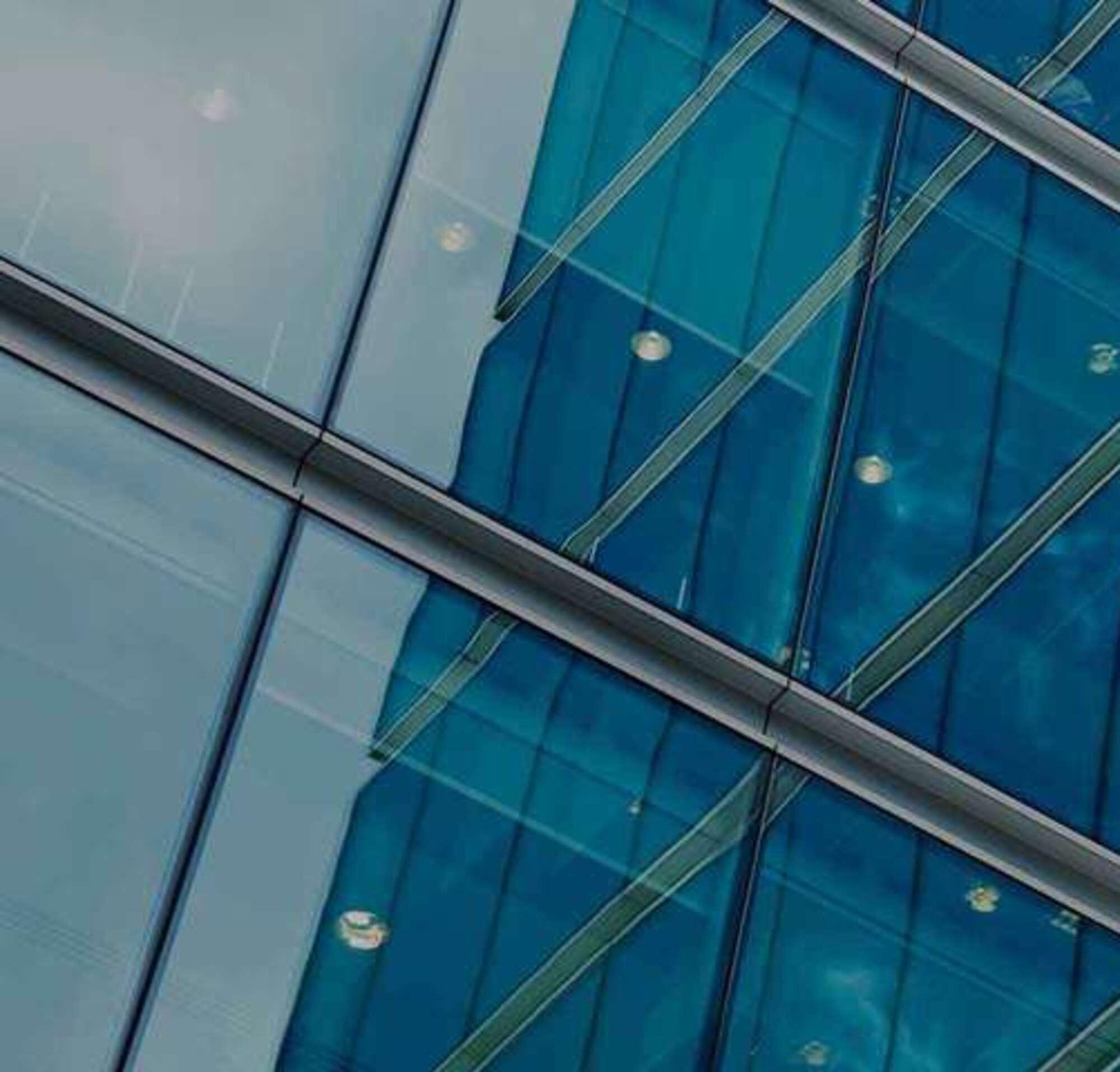 Un immeuble de verre avec un texte présentant les solutions DocuSign, les intégrations et les API