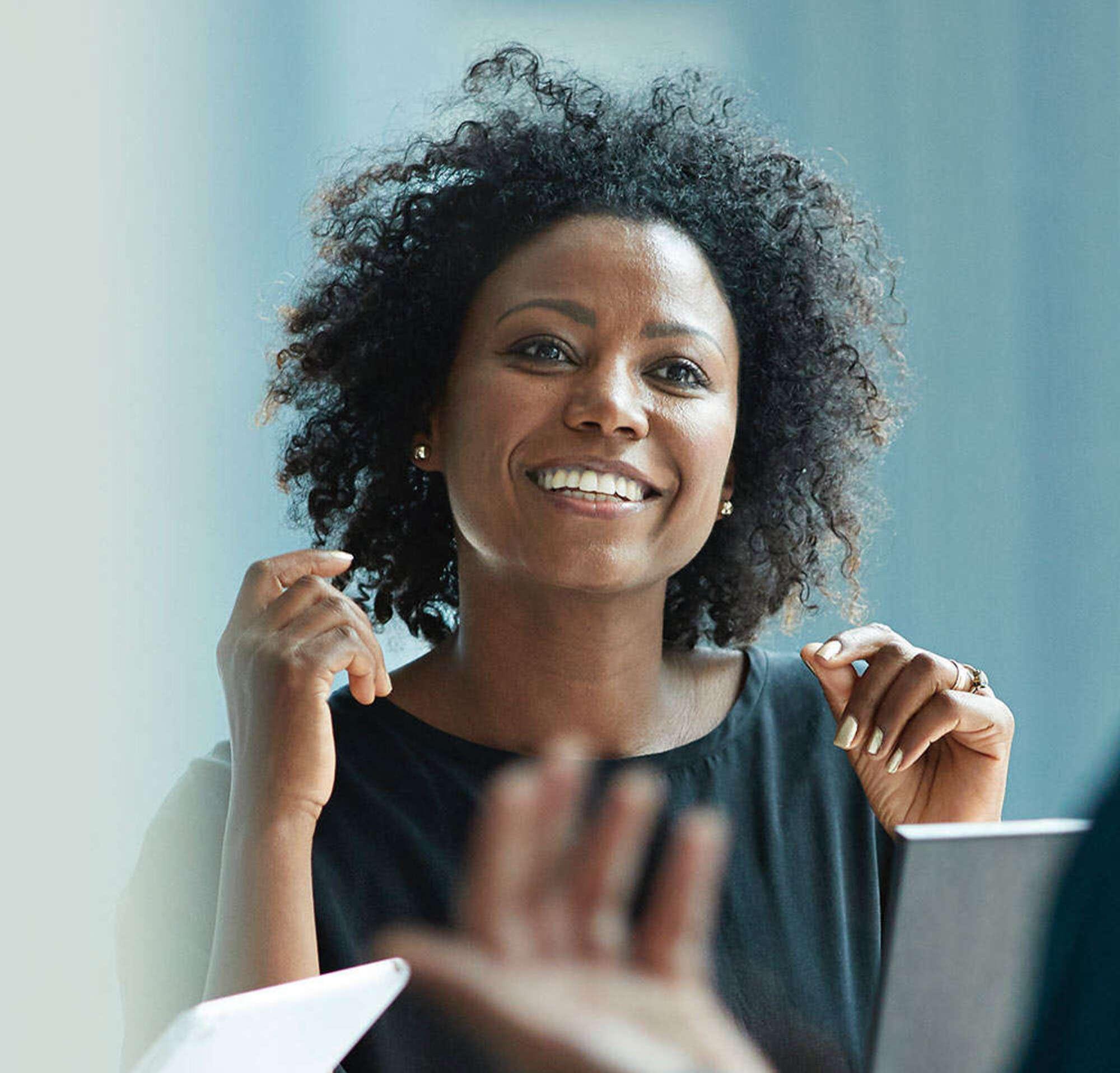 Deux collègues de travail partagent leur excitation après avoir atteint un objectif d'équipe.