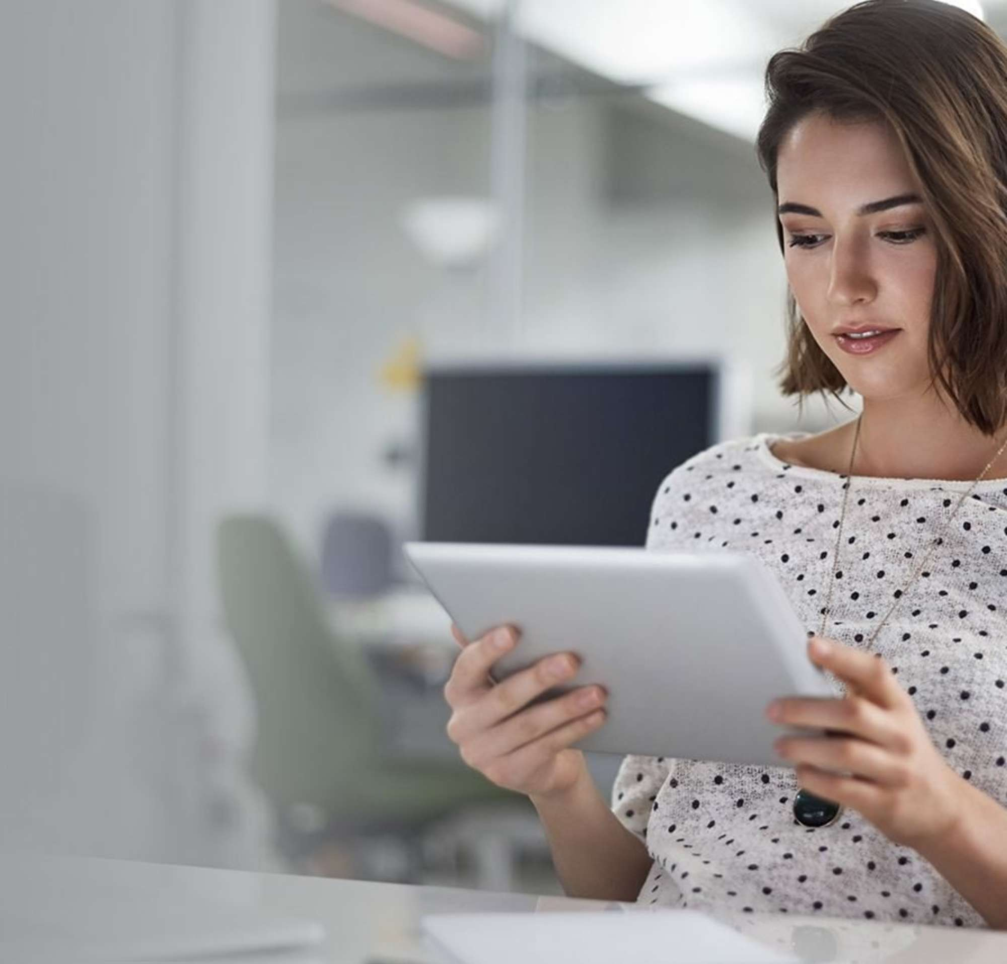 Un femme leer une papel en une office