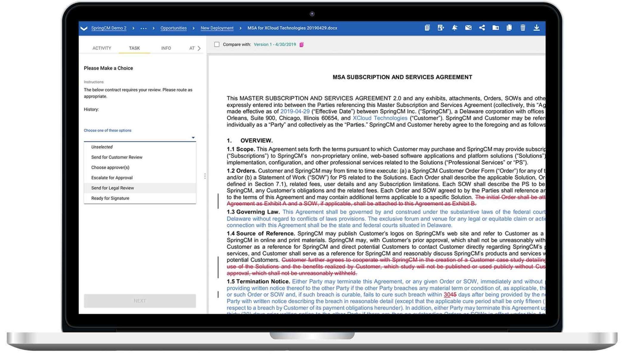 Un ordinateur portable montrant une capture d'écran de DocuSign CLM.