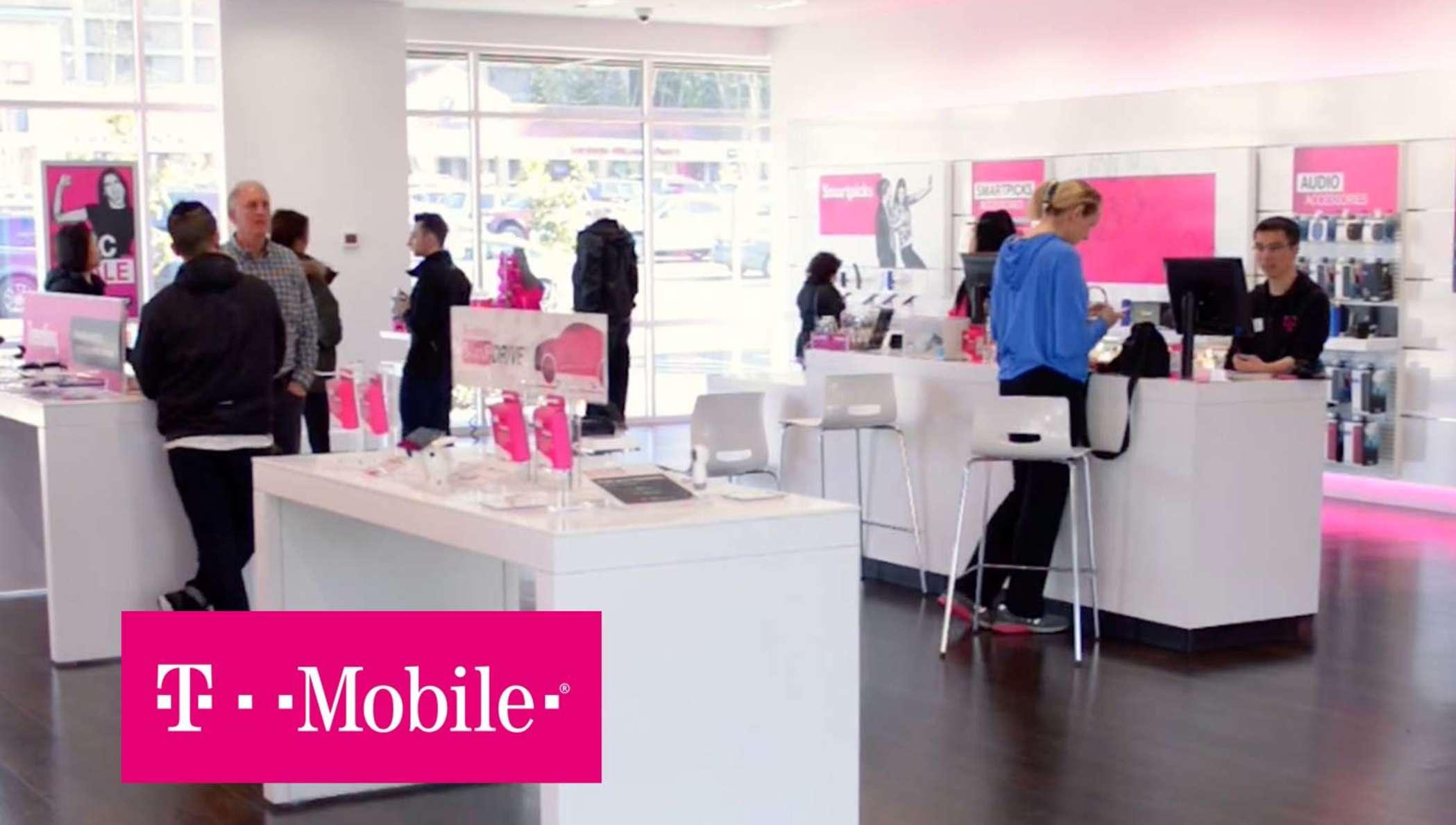Un magasin T-Mobile avec des employés qui aident les clients.