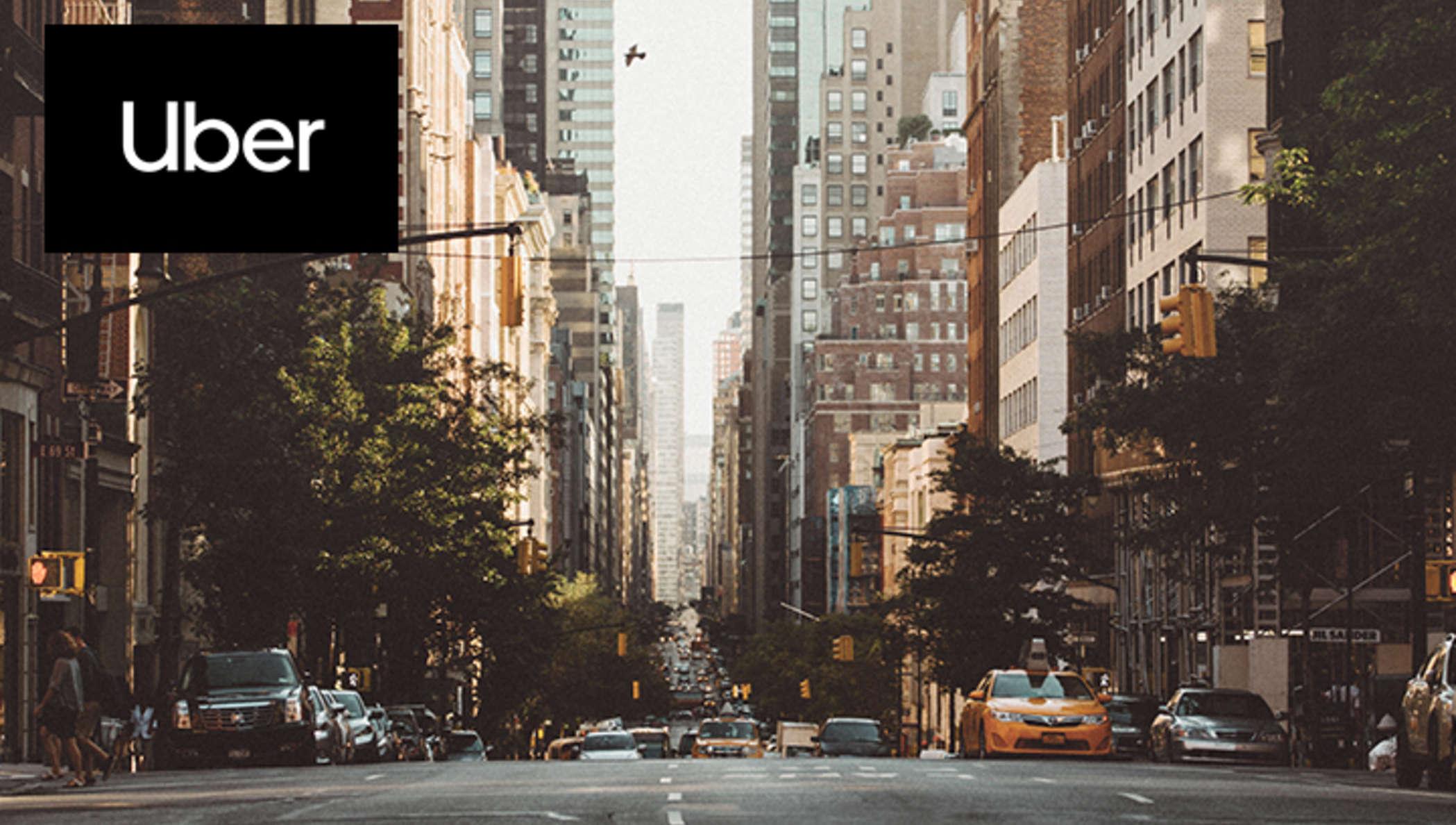 Logo Uber sur une image de circulation de voitures dans la rue
