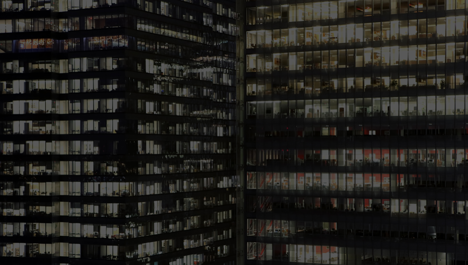 Un immeuble de bureaux avec des fenêtres en verre